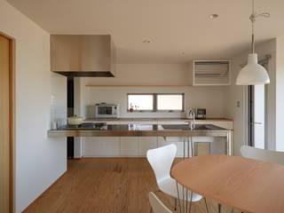 ふたつのコートを持つ家: toki Architect design officeが手掛けたダイニングです。