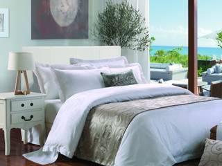 Dormitorios de estilo clásico por King of Cotton France