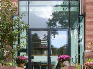 GLAZEN UITBOUW DUINWEG:  Huizen door HOYT architecten
