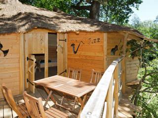 Terrasse de la Cabane dans les arbres:  de style  par Parc de Fierbois