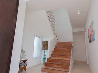Moderner Flur, Diele & Treppenhaus von Parrado Arquitectura Modern