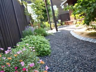 既存のお花も再利用: (有)エクサ 庭工房絵草 DOGRUN海岸通りが手掛けた庭です。