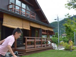高社山を望んで朝食を 大屋根の住まい(山ノ内町): (株)誠設計事務所が手掛けたです。