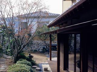 鳴滝の家: 鶴巻デザイン室が手掛けた庭です。,