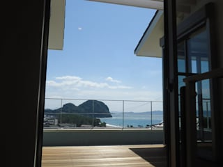 海の見える家: 鶴巻デザイン室が手掛けたテラス・ベランダです。,