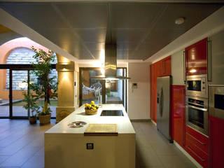 DE BODEGA A VIVIENDA, JEREZ DE LA FRA.: Cocinas de estilo  de pxq arquitectos