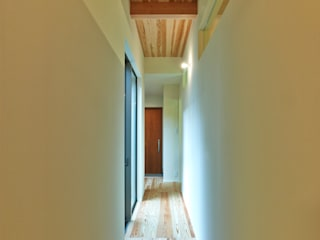 Modern Corridor, Hallway and Staircase by 鶴巻デザイン室 Modern