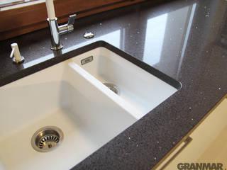 GRANMAR Borowa Góra - granit, marmur, konglomerat kwarcowy Cocinas de estilo moderno