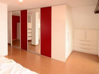 Begehbarer Kleiderschrank im Schlafzimmer Moderne Schlafzimmer von Schreinerei Niebler Modern