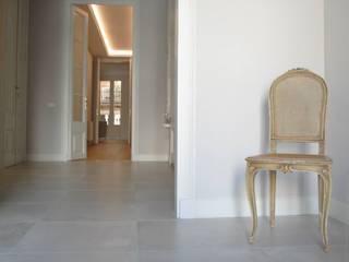 Restauración centro de Barcelona Pasillos, vestíbulos y escaleras de estilo moderno de FUSTERS CÓRDOBA Moderno