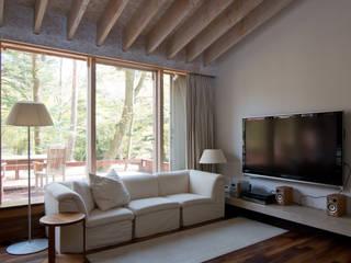 旧軽井沢のリバーサイドハウス: timeship柳田建築計画室が手掛けたリビングです。