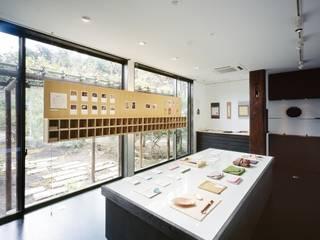 和雑貨ショップ+手仕事ギャラリー: 忘蹄庵建築設計室が手掛けた商業空間です。