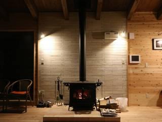 住まいの中心の薪ストーブ: 一級建築士事務所 クレアシオン・アーキテクツが手掛けたです。