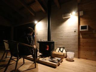 暖炉の火を楽しむデザイン: 一級建築士事務所 クレアシオン・アーキテクツが手掛けたです。