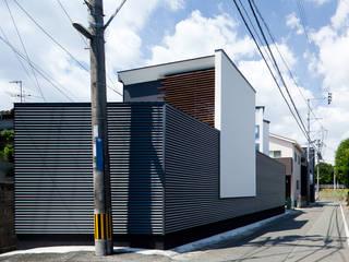 江津の住処: 岩瀬隆広建築設計が手掛けたリビングです。,