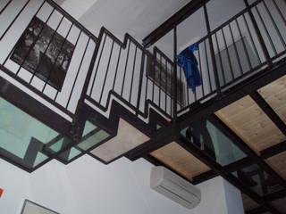loft residenziale: Soggiorno in stile  di studio architettura terzaghi