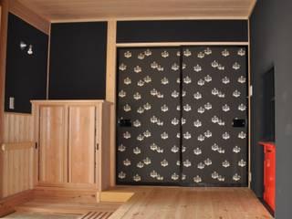 京唐紙・五三の桐紋様: 樹・中村昌平建築事務所が手掛けた窓&ドアです。,