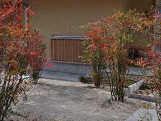 彩の南天と縦木格子: 樹・中村昌平建築事務所が手掛けた枯山水です。
