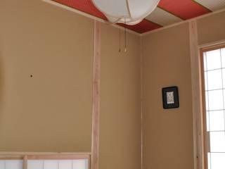 母室・天井に母(白・黒)と娘(紅)の麻の葉紋様・着物を張る: 樹・中村昌平建築事務所が手掛けたアートです。