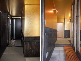 玄関・玄関ホールの壁と天井に洋金揉み紙を張る: 樹・中村昌平建築事務所が手掛けた玄関&廊下&階段です。
