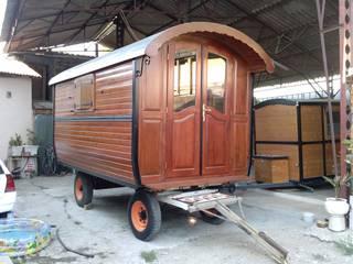 Roulotte en bois: Chambre de style de style Rustique par Art Live