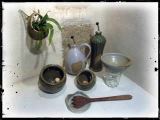 Suspension, Bouteille Huile Olive, Entonnoir à Confiture, Main et Doigt à Sel et repose cuillère:  de style  par Entre Pot's