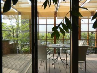 outdoor living 『おうちカフェ』 U-garden.〈部屋内から〉: フラワーチルドレン(Flower children )が手掛けた庭です。