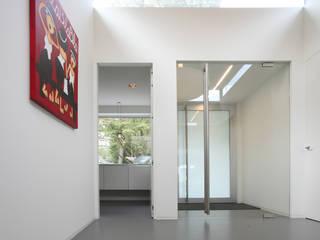 Couloir, entrée, escaliers modernes par Lab32 architecten Moderne