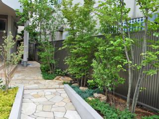 木立の先の玄関を望む: 新美園が手掛けた庭です。
