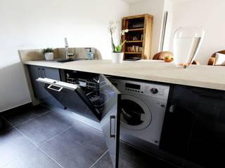 L'électroménager a été dissimulé: Cuisine de style de style Moderne par les bains et les cuisines d'Alexandre