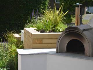 A small contemporary front garden Robert Hughes Garden Design Giardino moderno