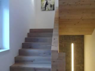 Einfamilienhaus im Chalet-Stil:  Flur & Diele von room architecture