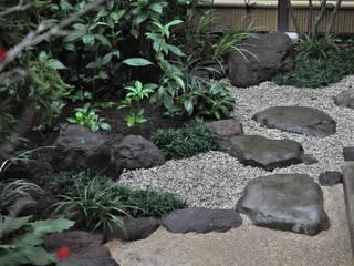 角部の飛石の運び: 新美園が手掛けた庭です。