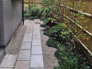 門からの眺め: 新美園が手掛けた庭です。