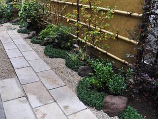 敷石の直線と下草模様: 新美園が手掛けた庭です。