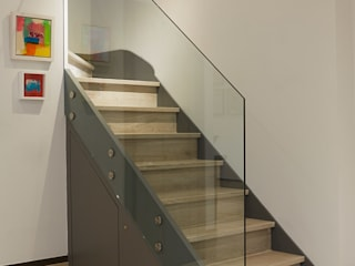 CONTEMPORARY GLASS STAIRCASE :  Corridor & hallway by IS AND REN STUDIOS LTD