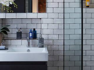 ENSUITE WETROOM :  Bathroom by IS AND REN STUDIOS LTD