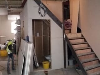 THE STAIRCASE - DURING CONSTRUCTION de IS AND REN STUDIOS LTD Moderno