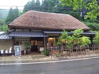 地域モデル住宅七年庵の外観、雨の日: 株式会社アルフデザインが手掛けた会議・展示施設です。