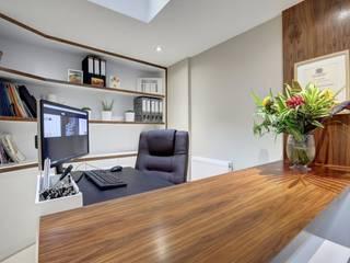 Ruang Kerja oleh IS AND REN STUDIOS LTD , Modern