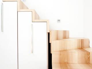 | o.ho | die möbelschreinerei Modern Corridor, Hallway and Staircase