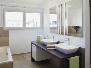 Musterhaus Avenio: Plus-Energie-Haus Moderne Badezimmer von RENSCH-HAUS GMBH Modern