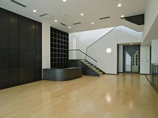 Salones de estilo  de 株式会社 間瀬己代治設計事務所, Moderno