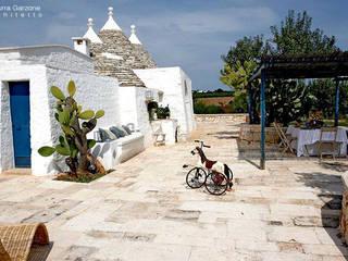 Complesso trulli. Valle d'Itria Giardino in stile mediterraneo di Azzurra Garzone architetto Mediterraneo