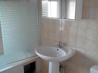Changement d'ère pour cette petite salle de bain ! Salle de bain moderne par Atelier Cuisine Moderne