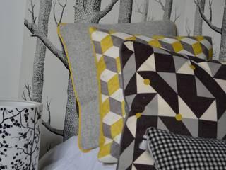 série de coussins en gris et jaune:  de style  par Atelier Christine Oliver