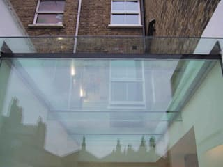 Glass wall, and glass roof to infill glass kitchen extension.: minimalistic Kitchen by 11.04 Architects