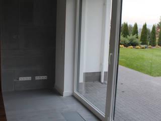 Beton architektoniczny - płyty betonowe w aranżacji wnętrz nowoczesnych Nowoczesny salon od Luxum Nowoczesny
