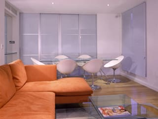 Living dining space with glass screen to study/entertainment space/spare bedroom: modern Living room by 11.04 Architects