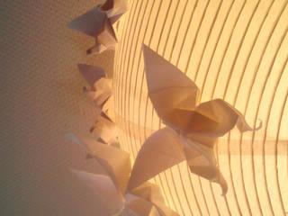 Les papillons sont attirés vers la lumière:  de style  par Marie Be Design